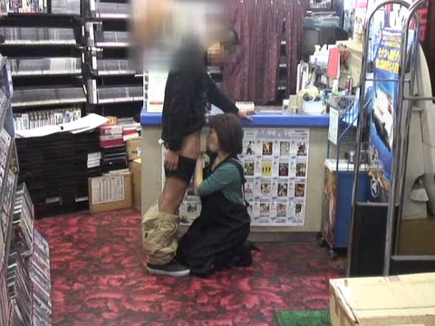 女性だけの遅番があるレンタルビデオ店で隠しカメラに映った衝撃のレイプ映像集 Vol.1 無修正画像05