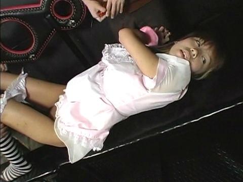 地下室にウェイトレスを監禁して凌辱レイプ!嫌がり叫ぶも容赦なく輪姦 Vol.2 無修正画像01
